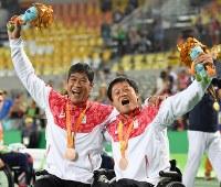 車いすテニス男子ダブルスで銅メダルを獲得し、喜ぶ国枝慎吾(右)、斎田悟司=リオデジャネイロの五輪テニスセンターで2016年9月15日、徳野仁子撮影