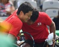 車いすテニス男子ダブルス3位決定戦、銅メダルを獲得し、泣きながら抱き合う国枝慎吾(左)・斎田悟司組=リオデジャネイロの五輪テニスセンターで2016年9月15日、徳野仁子撮影