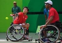 車いすテニス男子ダブルス3位決定戦、銅メダルを獲得した国枝慎吾(左)・斎田悟司組=リオデジャネイロの五輪テニスセンターで2016年9月15日、徳野仁子撮影