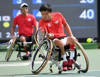 車いすテニス男子ダブルス3位決定戦、銅メダルを獲得した国枝慎吾(手前)・斎田悟司組=リオデジャネイロの五輪テニスセンターで2016年9月15日、徳野仁子撮影