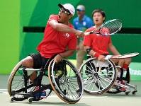 車いすテニス男子ダブルス3位決定戦、ショットを放つ斎田悟司(手前)。奥は国枝慎吾=リオデジャネイロの五輪テニスセンターで2016年9月15日、徳野仁子撮影