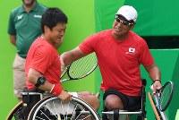 車いすテニス男子ダブルス3位決定戦、銅メダルを獲得し喜ぶ国枝慎吾(左)と斎田悟司=リオデジャネイロの五輪テニスセンターで2016年9月15日、徳野仁子撮影