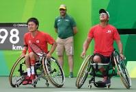 車いすテニス男子ダブルス3位決定戦、銅メダルを獲得し感極まる国枝慎吾(左)と斎田悟司=リオデジャネイロの五輪テニスセンターで2016年9月15日、徳野仁子撮影