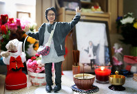 仏壇の前に置かれた実久さんの遺人形。生前、一番楽しそうに過ごした旅行の時の姿が、3Dプリンターで立体的によみがえる=香川県善通寺市で、貝塚太一撮影