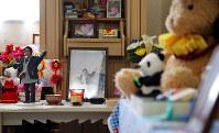 思い出の写真や大好きだったぬいぐるみなどが所狭しと並べられた部屋に、実久さんの遺人形は置かれている=香川県善通寺市で、貝塚太一撮影