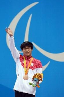 競泳男子200メートル個人メドレー(知的障害S14)で銅メダルを獲得し観客席に向かって笑顔で手を振る中島啓智=リオデジャネイロの五輪水泳競技場で2016年9月17日、徳野仁子撮影