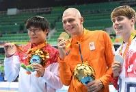 競泳男子200メートル個人メドレー(知的障害S14)で銅メダルを獲得し笑顔の中島啓智(左)=リオデジャネイロの五輪水泳競技場で2016年9月17日、徳野仁子撮影
