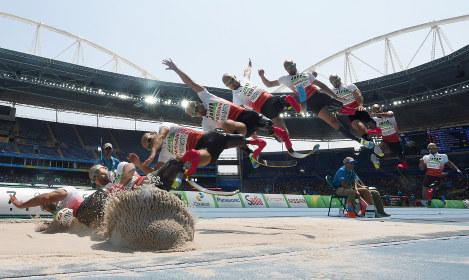 【リオデジャネイロ・パラリンピック】男子走り幅跳び(切断などT42)で銀メダルを獲得した山本篤の4回目の跳躍。9枚の連続写真を合成=リオデジャネイロの五輪スタジアムで2016年9月17日、徳野仁子撮影