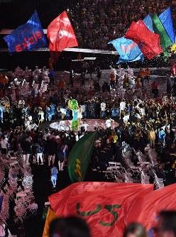ブラジルの歌手のパフォーマンスに盛り上がる各国の選手たち=リオデジャネイロのマラカナン競技場で2016年9月18日、徳野仁子撮影