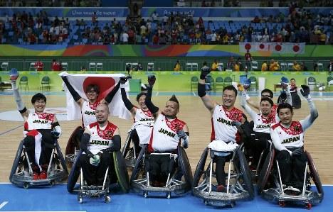 銅メダルを獲得し、声援に応える日本=2016年9月18日、ロイター