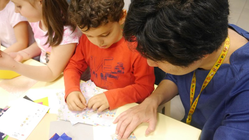 イタリアの保育園で園児と交流する研修参加者=ポピンズ提供