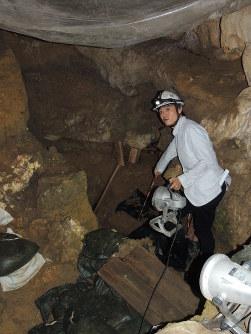 国内2番目の古さとなる3万年前の人骨が出土した地点を示す沖縄県立博物館・美術館の藤田祐樹主任=沖縄県南城市のサキタリ洞遺跡で2016年9月17日17時51分、大森顕浩撮影