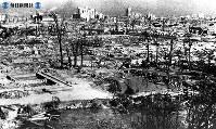 【広島】一面の焼野原に立木、向こうにビル=1945(昭和20)年