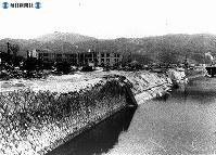 【広島】崩れ去った元安橋跡の川と風景=1945(昭和20)年8月
