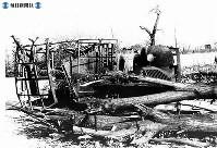 【広島】焼けて横倒しの並木とトラック=1945(昭和20)年8月