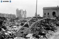 【広島】右は大林組広島支店、奥左から右へ商工組合中央金庫広島支所、福屋百貨店新館=1945(昭和20)年8月9日