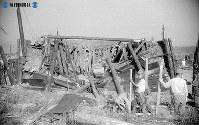 【広島】幅が広く覆いが薄い防空壕はひとたまりも無く押しつぶされた=1945(昭和20)年8月9日