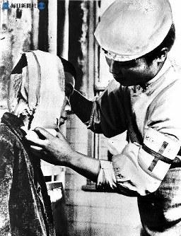 【広島】広島赤十字病院で看護師が手当て=1945(昭和20)年8月