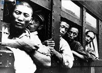 【広島】広島駅で車窓から原爆被害を見て、顔を雲らせる復員兵=1945(昭和20)年9月