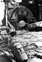 【長崎】浦上天主堂入口に転がる聖者の頭=1945(昭和20)年8月