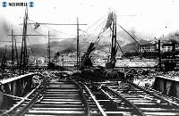 【長崎】浦上の鉄橋とレール。右は城山小学校=1945(昭和20)年8月