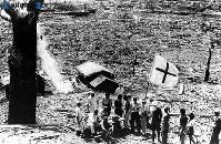 【長崎】焼け野原、赤十字の旗の下で治療=1945(昭和20)年8月