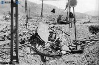 【長崎】爆風で吹き飛ばされた電車=1945(昭和20)年8月