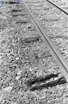 【長崎】爆心地の近くでは、レールの枕木も燃えた=1945(昭和20)年8月