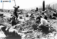 【長崎】爆心地から1.5キロの場所で電話線復旧作業=1945(昭和20)年