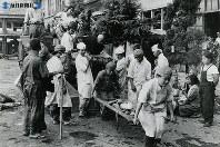 【長崎】救護所だった新興善国民学校。女性は日赤の看護師、表情に余裕があるのは時間がたっているからか=1945(昭和20)年8月下旬~9月中旬