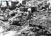 【長崎】頭に包帯し焼け跡を歩く幼女=1945(昭和20)年9月29日