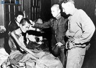 【長崎】被爆者を視察する米軍将校と日本人医師=1945(昭和20)年10月9日