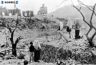 【長崎】浦上天主堂の残骸に祈りをささげる信徒たち=長崎市本尾町付近で1945(昭和20)9月