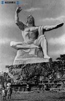 【長崎】平和祈念像が原爆10周年に完成=1955(昭和30)年8月