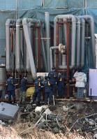 地下鉄サリン事件のあと山梨、旧上九一色村のオウムの工場・製造施設を調べる捜査員。パイプは空気清浄機=1995年3月22日撮影
