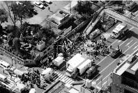 【地下鉄サリン事件】オウム・地下鉄サリン事件で日比谷線築地駅から地上へ運び出され手当を受ける大勢の乗客=本社ヘリから1995年3月20日撮影