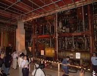 報道陣に初公開された巨大なサリンプラントが並ぶ第7サティアンの内部=山梨県旧上九一色村で1998年9月16日、岩下幸一郎撮影