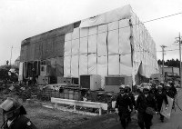 オウム真理教の施設の捜索が行われた。第7サティアンでは白煙がでて捜索を一時中断=山梨県旧上九一色村で1995年3月31日撮影
