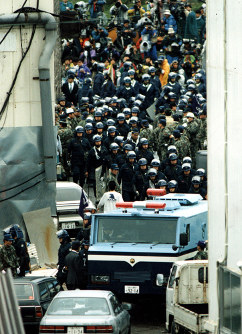 山梨県旧上九一色村にあるオウム真理教の施設の捜索が行われ、第6サティアンで麻原代表を逮捕した=1995年5月16日撮影