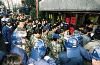東京・港区南青山の総本部が入居するビルに捜査員が機動隊に守られて入った=1995年3月22日撮影