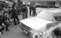 東京・南青山のオウム真理教東京総本部前で、教団幹部で「科学技術省長官」村井氏が包丁で刺され病院に運ばれたが死亡した=1995年4月23日撮影