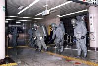 【地下鉄サリン事件】朝のラッシュ時に地下鉄日比谷線霞ヶ関駅や丸の内線で猛毒のサリンが散布され、死者10人、負傷者約3800人という大惨事となった。その後、オウム真理教による犯行と判明した=陸上自衛隊提供、1995年3月20日撮影