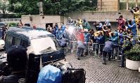 捜査当局はオウム真理教代表・麻原彰晃、本名・松本智津夫容疑者らを殺人容疑で逮捕した。松本容疑者は山梨県旧上九一色村の第6サティアン中3階の隠し部屋にいたところを逮捕された=1995年5月16日撮影