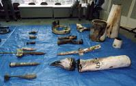 【自動小銃密造事件】静岡県富士宮市のオウム真理教富士山総本部を捜索した警視庁は、ミサイルや迫撃弾などを駐車場の穴から70数点発見し押収した=1995年7月30日撮影