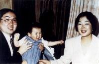 【坂本弁護士一家殺害事件】 写真左から坂本堤さん、長男の龍彦ちゃん、妻の都子さん◆1989年11月に坂本堤弁護士一家3人が行方不明となった事件は、オウム真理教幹部らが殺害し山中に埋めていたことが判明。1995年9月6日、新潟で堤さん、富山で妻・都子さん。同10日には長野で長男・龍彦ちゃんの遺体が発見された。一家の失跡発生後、「坂本弁護士と家族をさがす会」が結成された。
