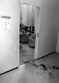 【東京都庁小包爆弾事件】青島知事宛の小包が爆発し知事室職員が重傷。血痕が残る都庁の秘書室前、1995年5月17日撮影◆青島知事宛の小包を職員が開いたとたん爆発、2カ月の重傷を負った。犯行はオウム真理教による爆弾テロと判明した。