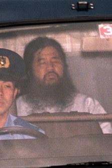 【オウム真理教事件】拘置尋問を終え東京地裁から警視庁に戻る麻原彰晃、本名・松本智津夫被告=1995年6月16日撮影◆1995年5月16日、捜査当局はオウム真理教代表・麻原彰晃らを殺人容疑で逮捕した。