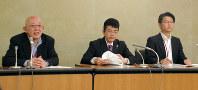 ゼプリオンの症例調査を求め記者会見を開いたコンボのメンバー=東京都千代田区霞ケ関の厚生労働省で、坂根真理撮影