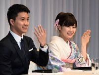 Chiang Hung-chieh, left, and Ai Fukuhara show off their wedding rings at a news conference in Tokyo's Minato Ward on Sept. 21, 2016. (Mainichi)