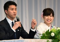 Table tennis players Chiang Hung-chieh, left, and Ai Fukuhara are seen together at a news conference in Tokyo's Minato Ward on Sept. 21, 2016, to announce their marriage. (Mainichi)
